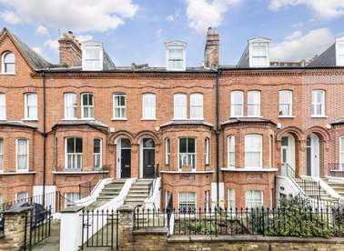 3 Bedrooms 3 Bathrooms short let House - terraced to rent in Rosehill Road - SW18 2NX view1