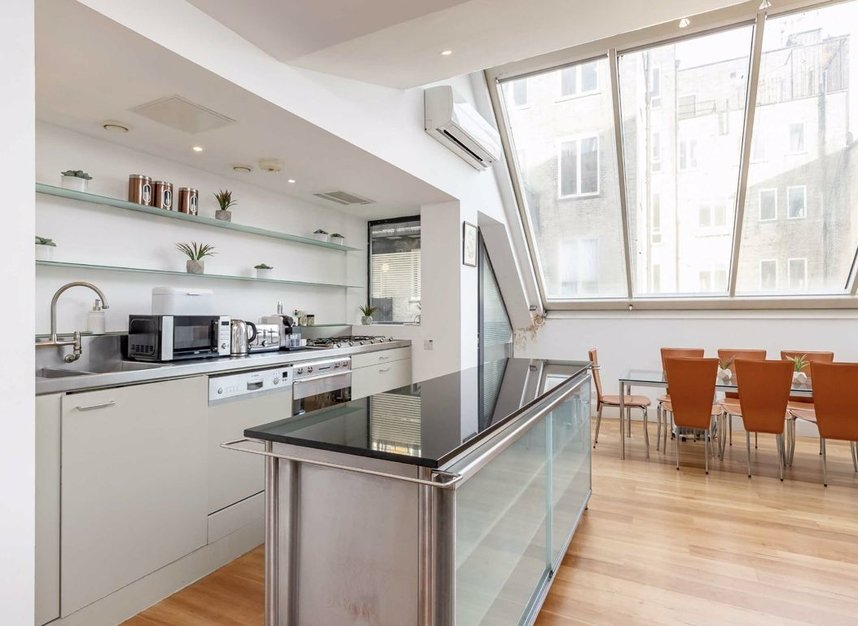 3 Bedrooms 3 Bathrooms short let flat to rent in Dean Street - W1D 3TN view4