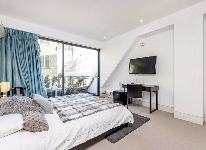 3 Bedrooms 3 Bathrooms short let flat to rent in Dean Street - W1D 3TN view11