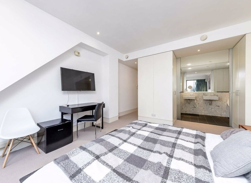 3 Bedrooms 3 Bathrooms short let flat to rent in Dean Street - W1D 3TN view12