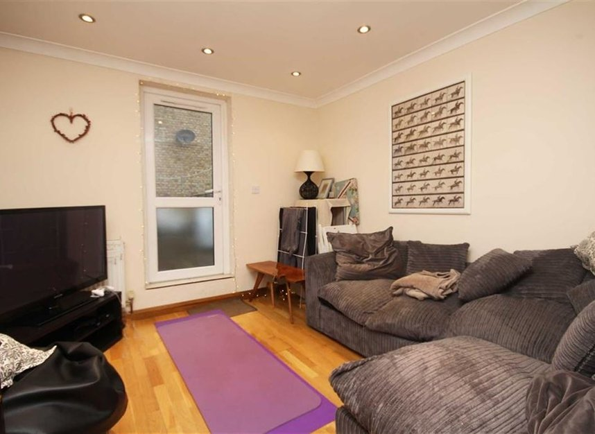 Properties to let in Meadow Road - SW8 1PP view2