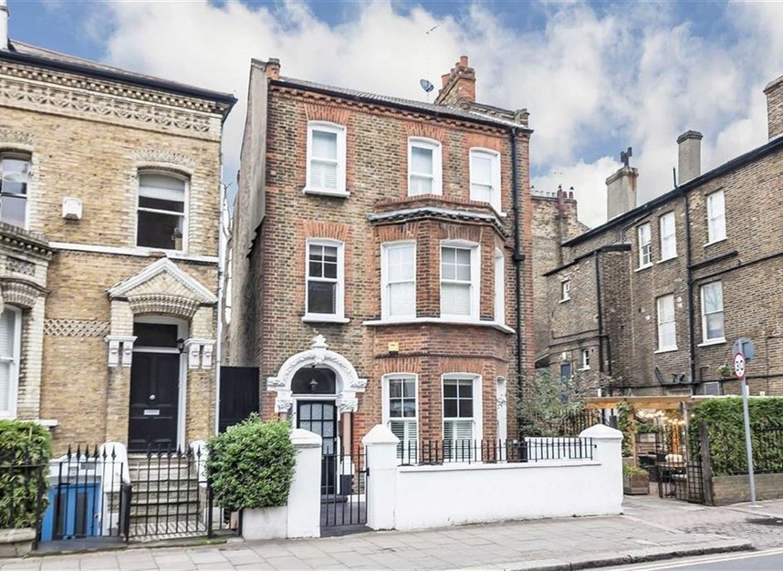 Properties to let in Parkgate Road - SW11 4NU view1