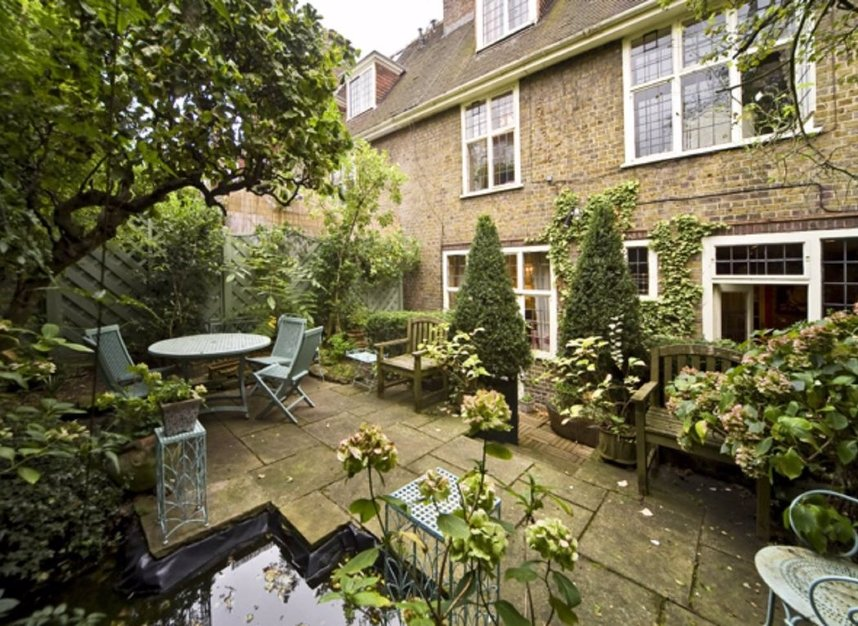 6 Bedrooms 3 Bathrooms short let house to rent in Petyt Place - SW3 5DJ view1